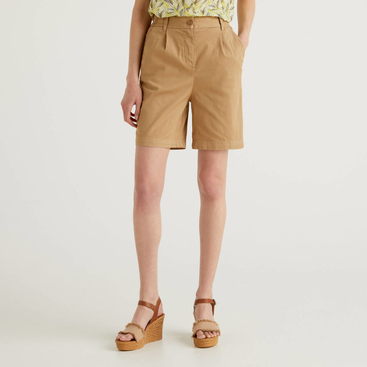 Solid color stretch cotton bermudas