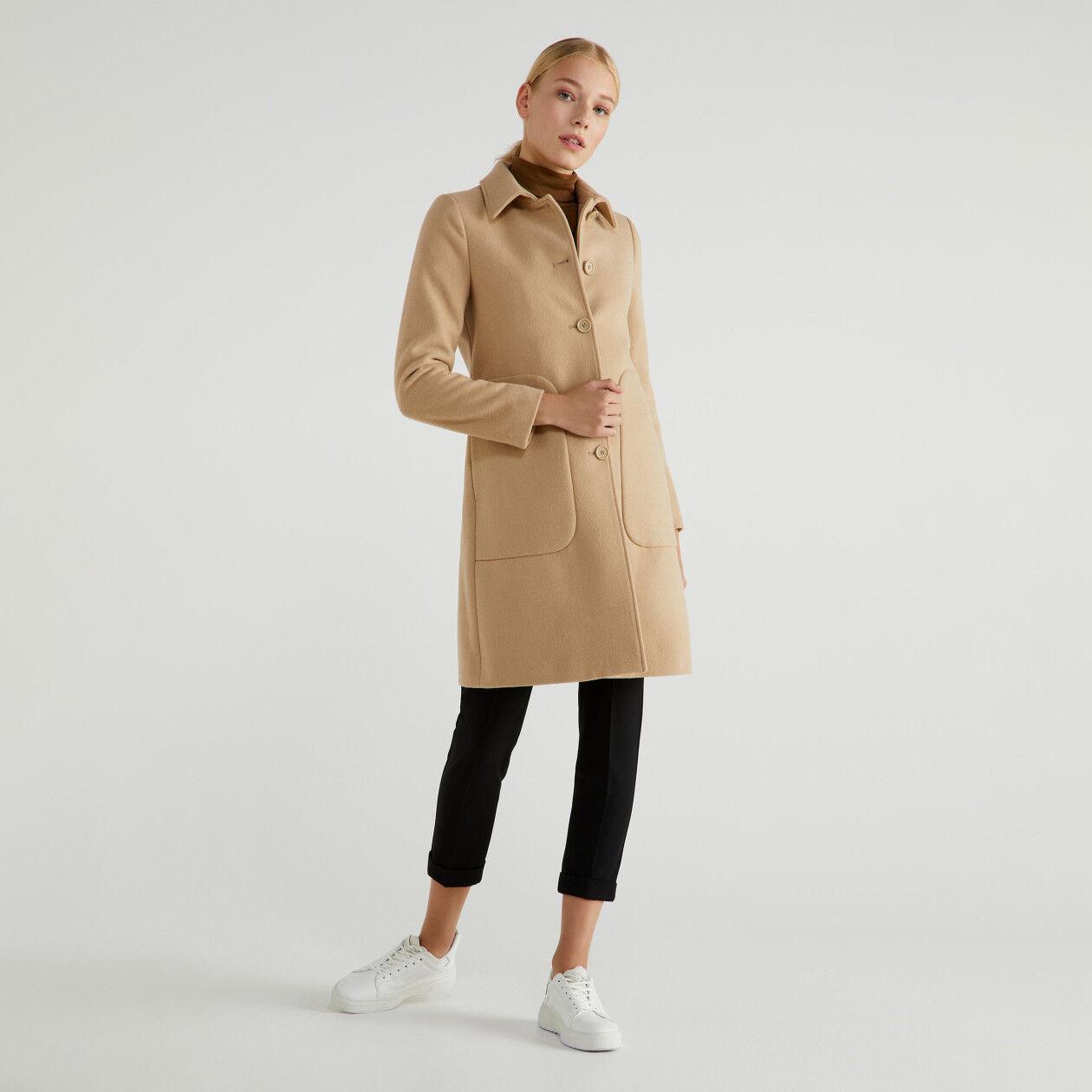 Abrigo con cuello y bolsillos