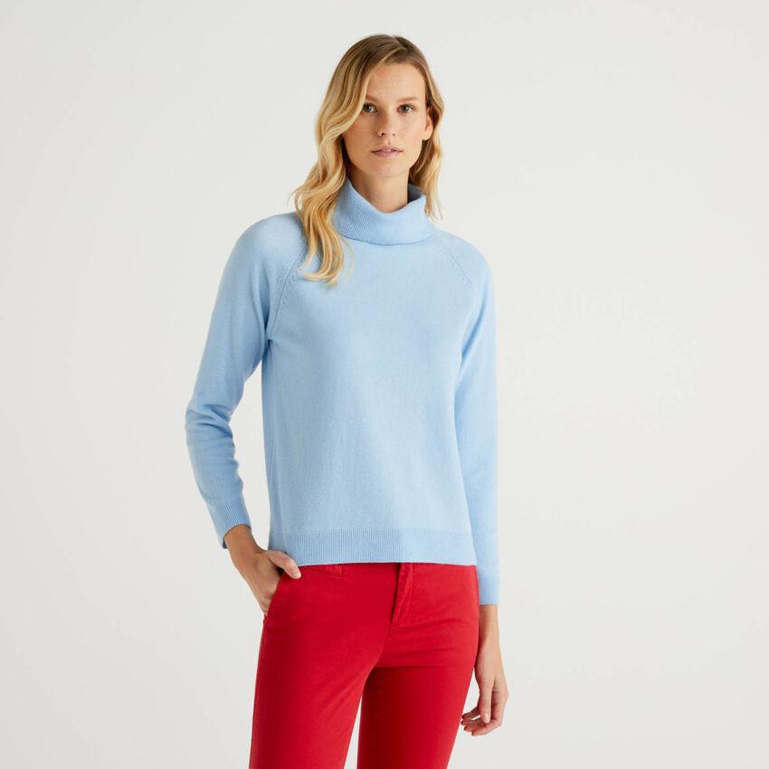 Jersey de cuello alto azul en mezcla de lana y cachemir