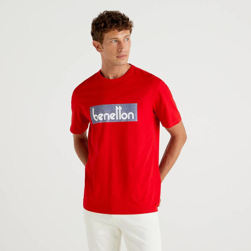 Camiseta roja con estampado de logotipo