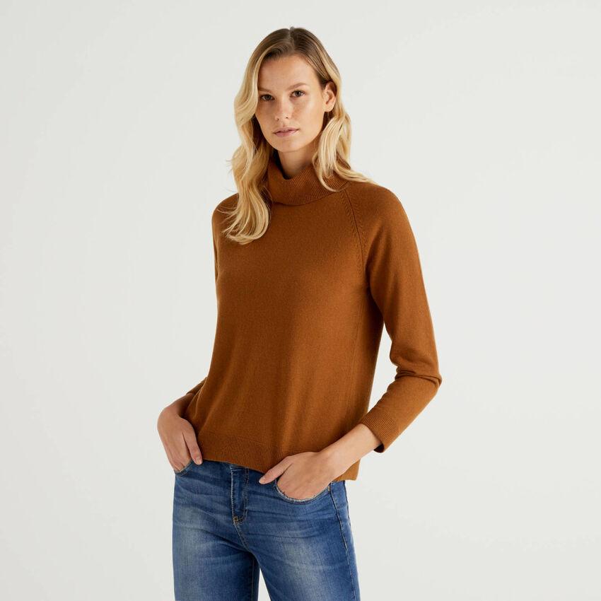 Jersey de cuello alto marrón en mezcla de lana y cachemir