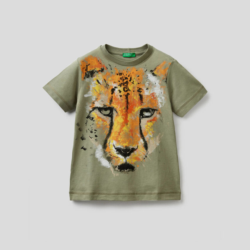 Camiseta verde militar con estampado de guepardo